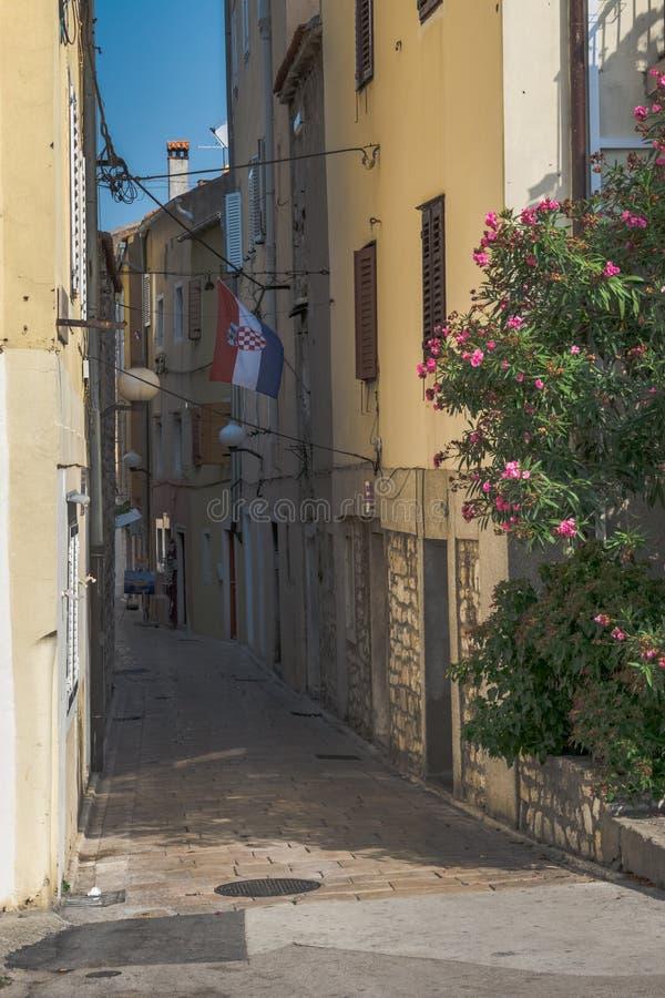 Wąska ulica w starym dziejowym miasteczku Zadar, Chorwacja fotografia royalty free