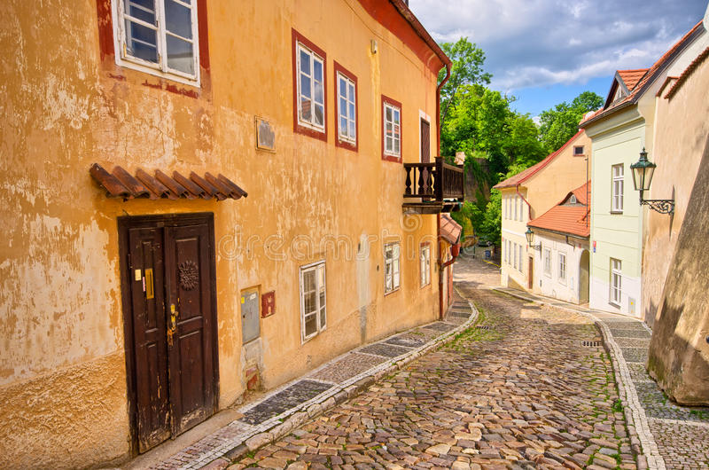 Wąska ulica w starym miasteczku obrazy royalty free