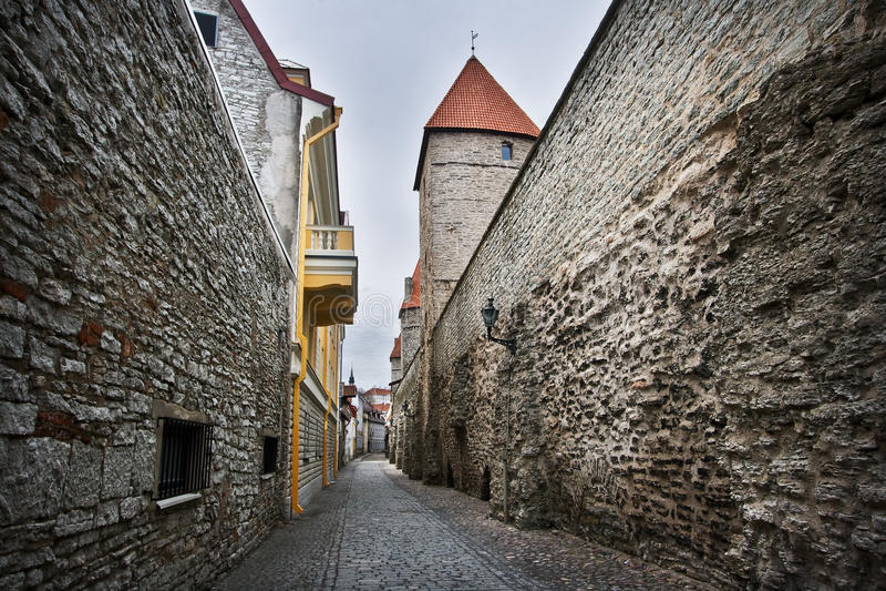 Wąska ulica w Starym Tallinn zdjęcie stock