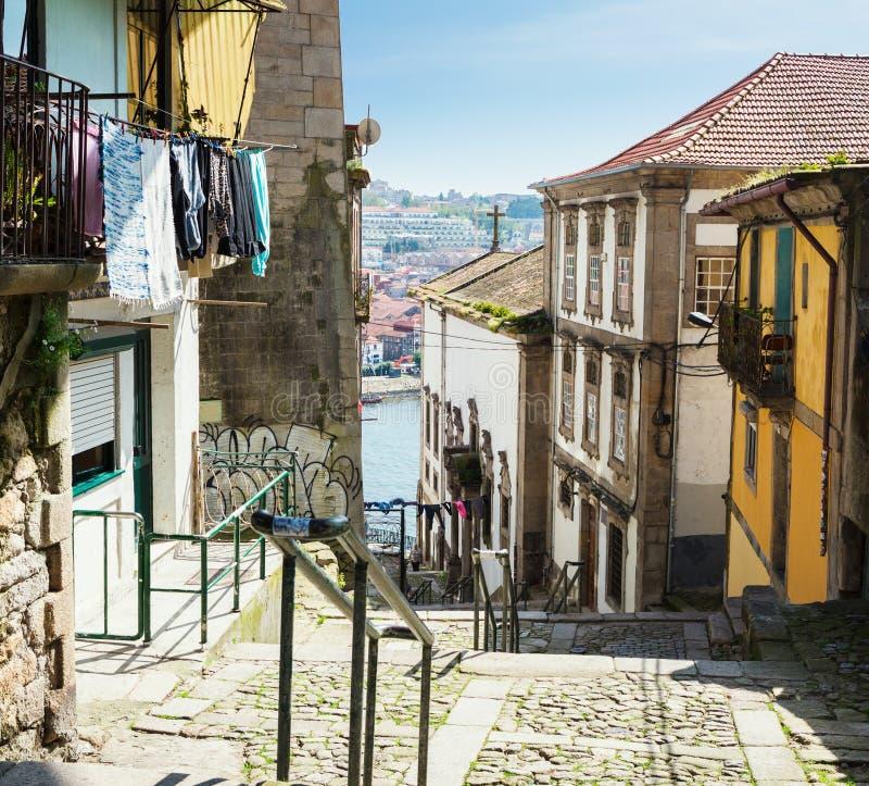 Wąska wijąca ulica w starym miasteczku Porto Ribeira okręg, Portugalia obrazy stock