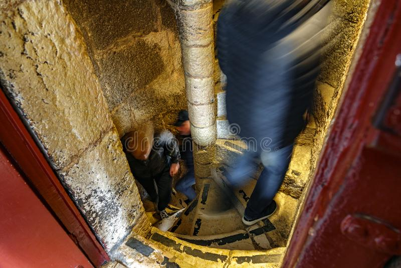 Wąski ślimakowaty schody z blured ludźmi unosić się fotografia stock