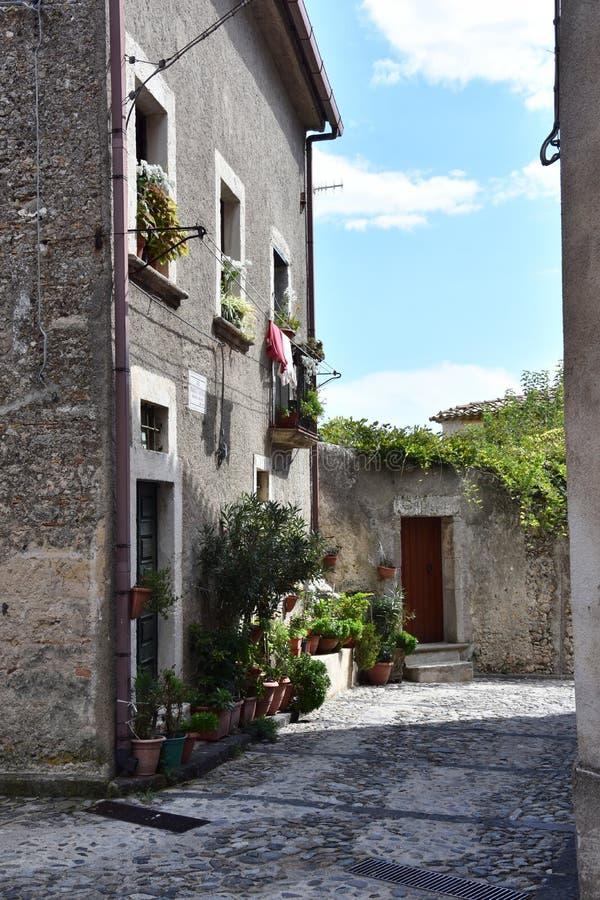 Wąski alleyway w starym miasteczku Gerace zdjęcia royalty free