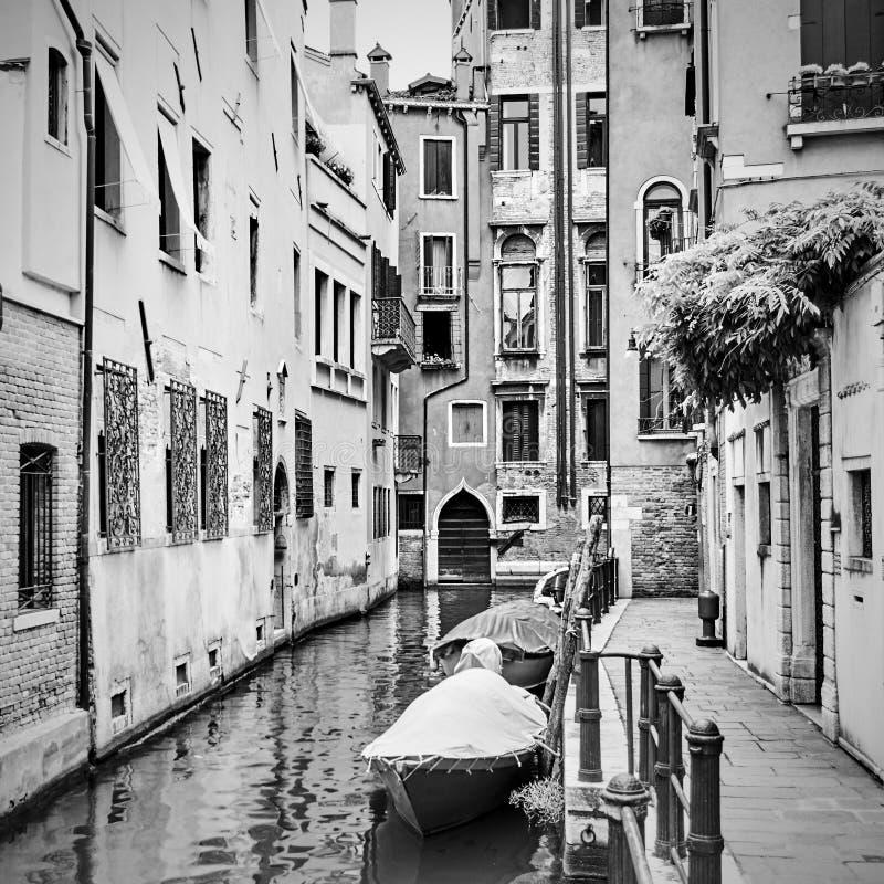 Wąski boczny kanał w Wenecja zdjęcie royalty free