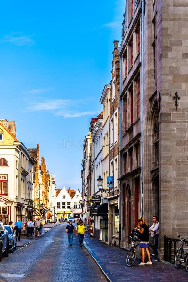 Wąskie brukowiec ulicy i cegła domy z kroków szczytami w historycznym średniowiecznym mieście Bruges, Belgia fotografia royalty free