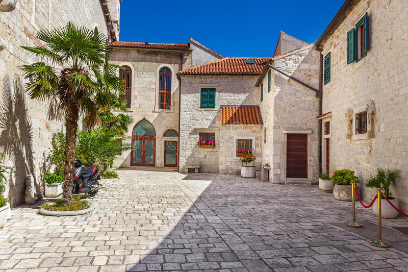 Wąskie stare ulicy i jardy w Sibenik mieście, Chorwacja obrazy royalty free