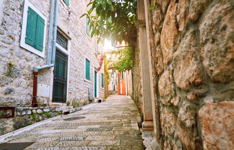 Wąskie ulicy dziejowy stary grodzki Herceg Novi, Boka Kotor gilf Popularna turystyczna trasa Kanli Kula forteca, Montenegro obraz stock