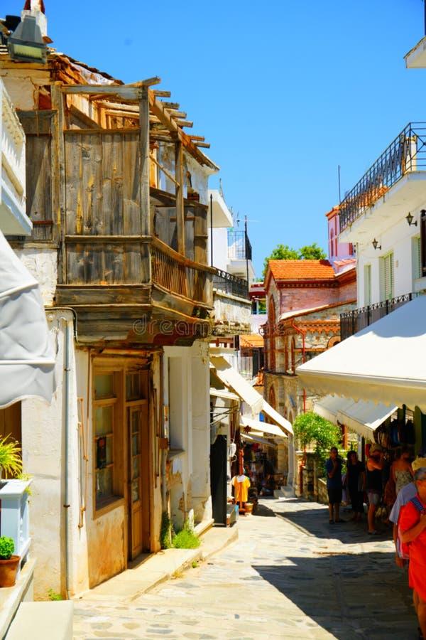Wąskie ulicy Skopelos miasteczko, Grecja obrazy royalty free