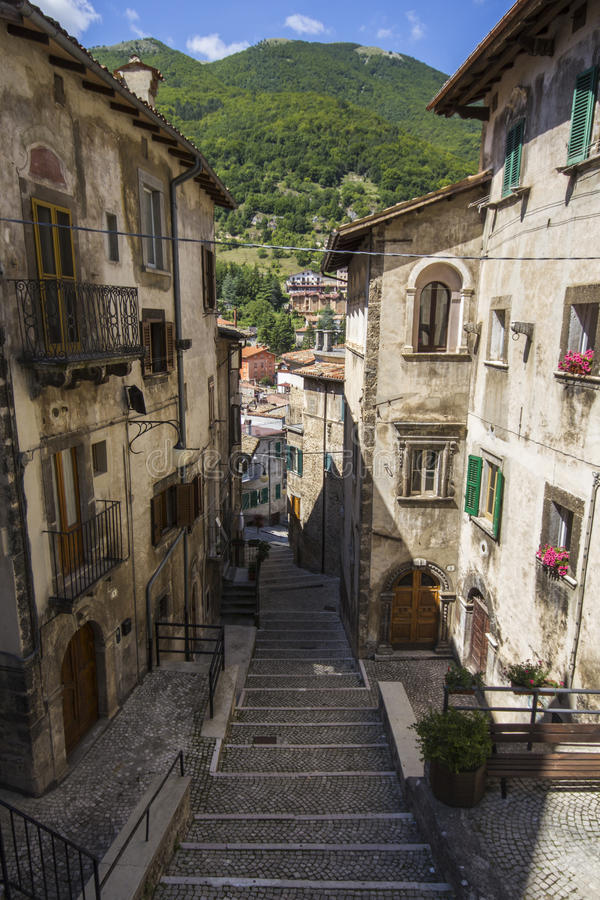 Wąskie ulicy w Scanno obrazy stock