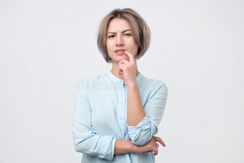 Wątpliwa, rozważna kobieta pamięta coś, kobiet emocjonalni potomstwa zdjęcie stock
