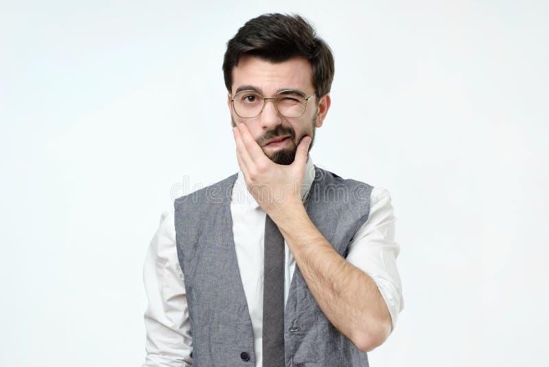 Wątpliwy brodaty młody hiszpański mężczyzna patrzeje z nieufność obraz stock