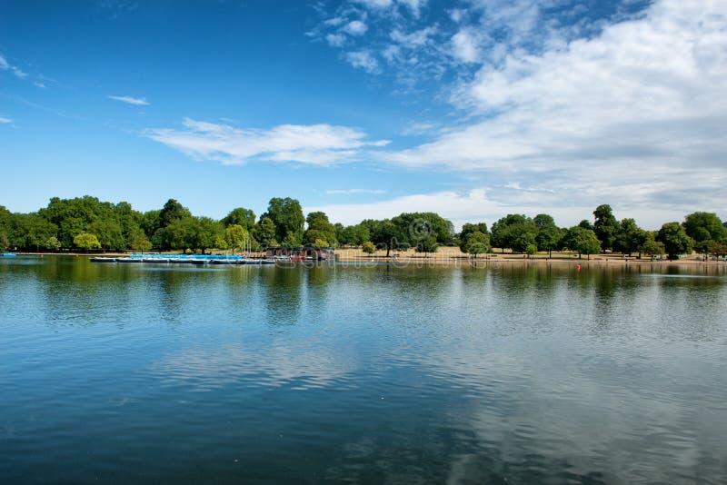 Wężowaty jezioro przy Hyde parkiem w Londyn obrazy stock