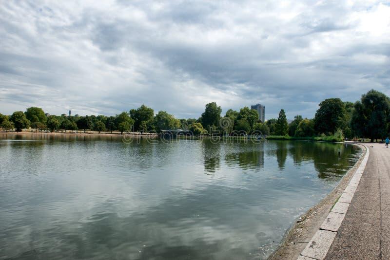 Wężowaty jezioro przy Hyde parkiem w Londyn zdjęcie stock