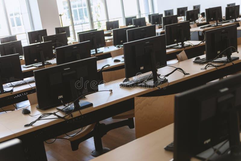 Wędkujący widok businessplace z wiele komputerami stacjonarnymi obraz royalty free