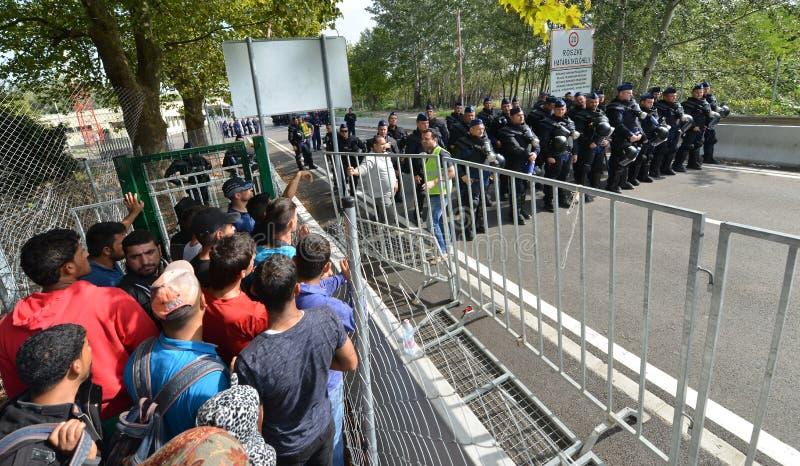 Wędrownicy od Środkowy Wschód czekania przy hungarian granicą obraz stock