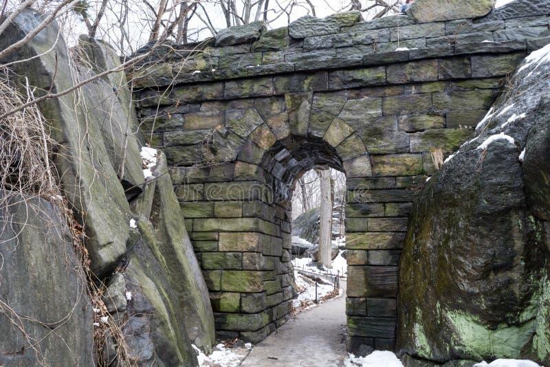 Wędruje kamienia łuk podczas zimy obraz stock