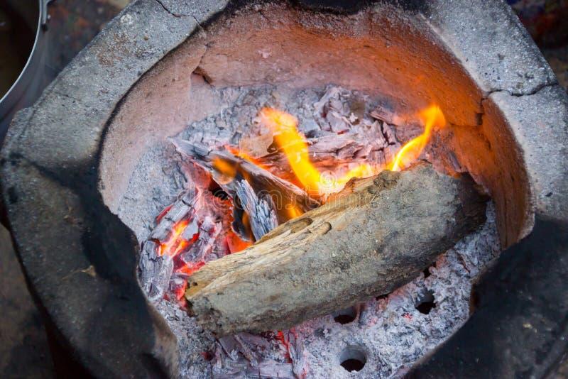 Węgiel drzewny gotować dla śniadania z starym drewnem Tajlandia, Azja obrazy royalty free