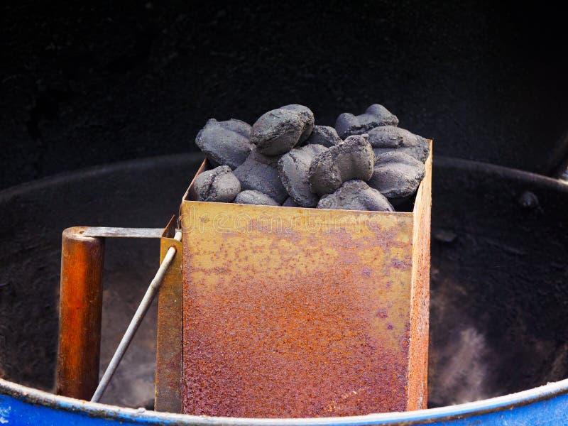 Węgiel drzewny w kominie obraz stock