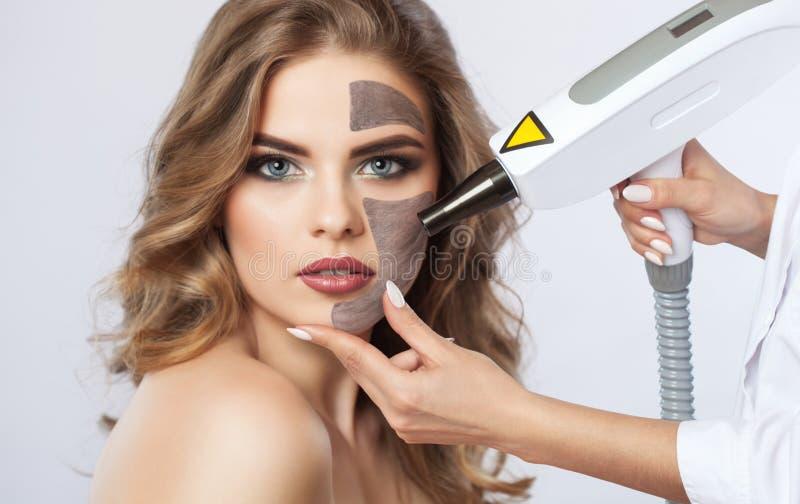 Węgiel twarzy obierania procedura w piękno salonie obraz royalty free