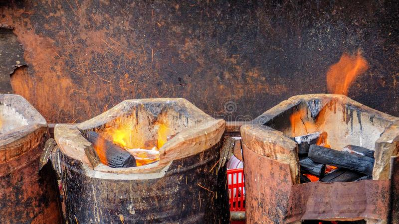 Węgla drzewnego piecowy antykwarski stary styl ogienia i iskrę przygotowywać zdjęcie stock