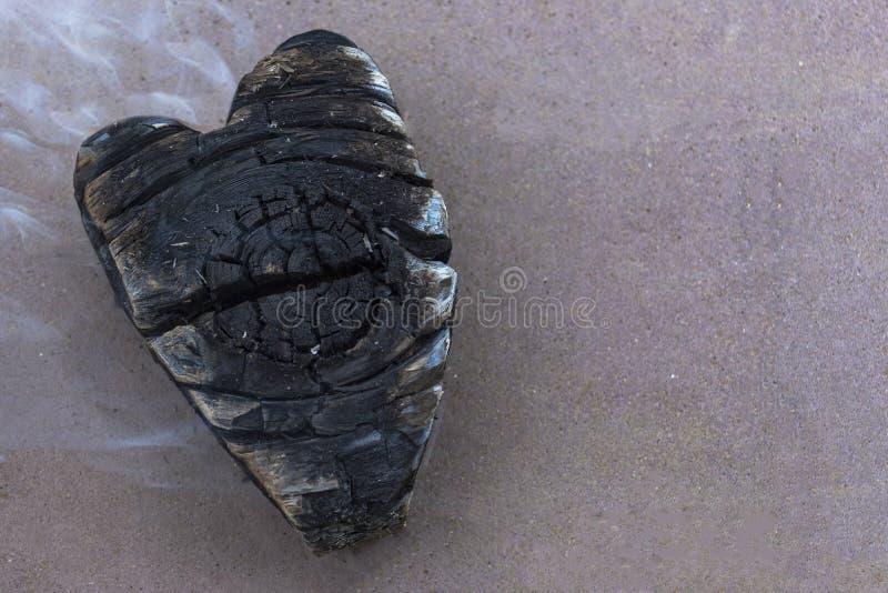Węgle w ogieniu, węgiel w postaci serc fotografia stock