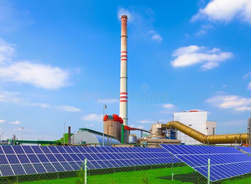 Węglowa elektrownia z energetycznymi panel słoneczny obraz stock