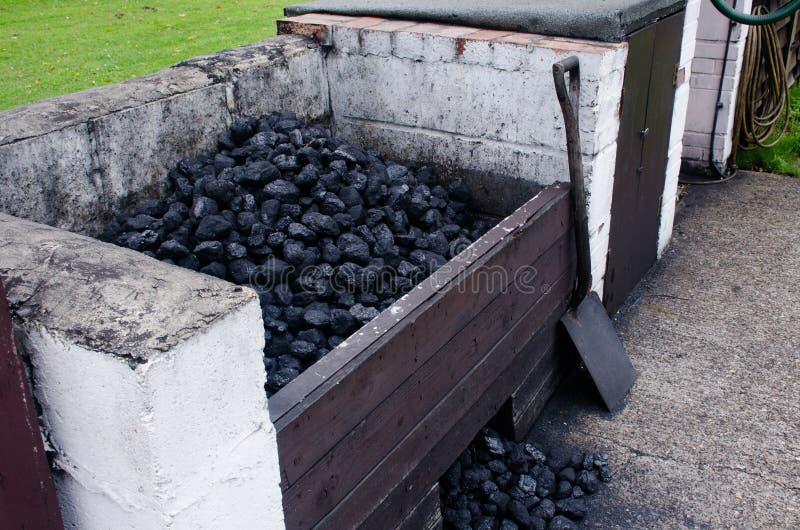 Węglowy bunkier z łopatą obraz stock