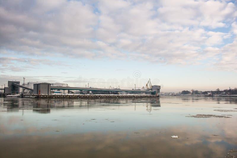 Węglowy terminal w zimie przy portem w Ventspils, Latvia zdjęcie royalty free