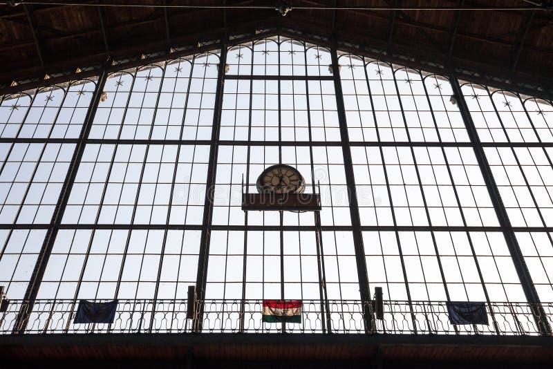 Węgra i europejczyka flaga wieszał na głównym okno Nyguati Palyaudvar dworzec obraz royalty free