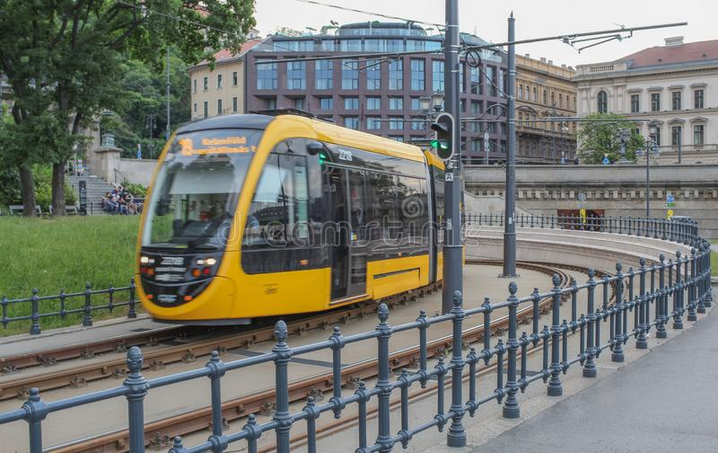 Węgry; Budapest; Maj 13, 2018; Jawny transport w Budapest, żółty tramwaj na śladach obraz stock