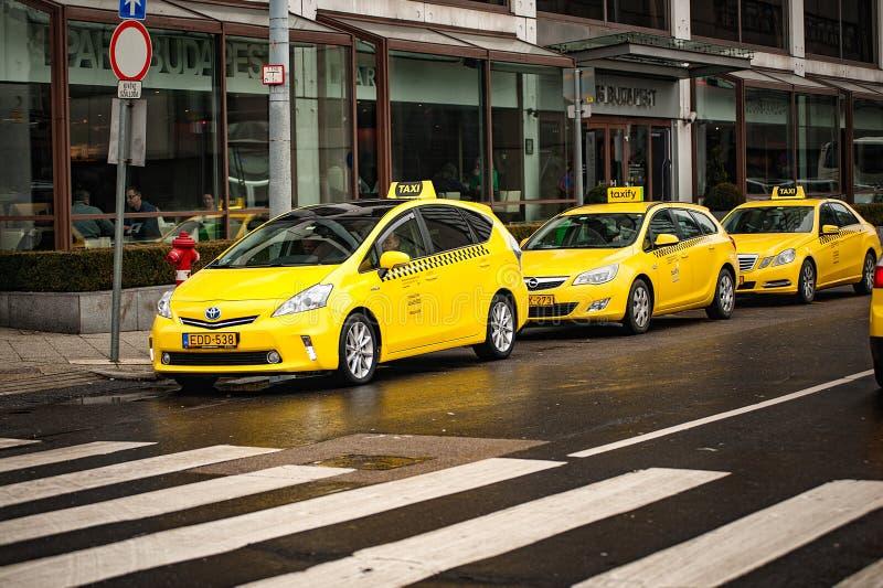 Węgry Budapest, Marzec, - 06, 2018: Żółci taxi na ulicie w centrum Budapest obraz royalty free