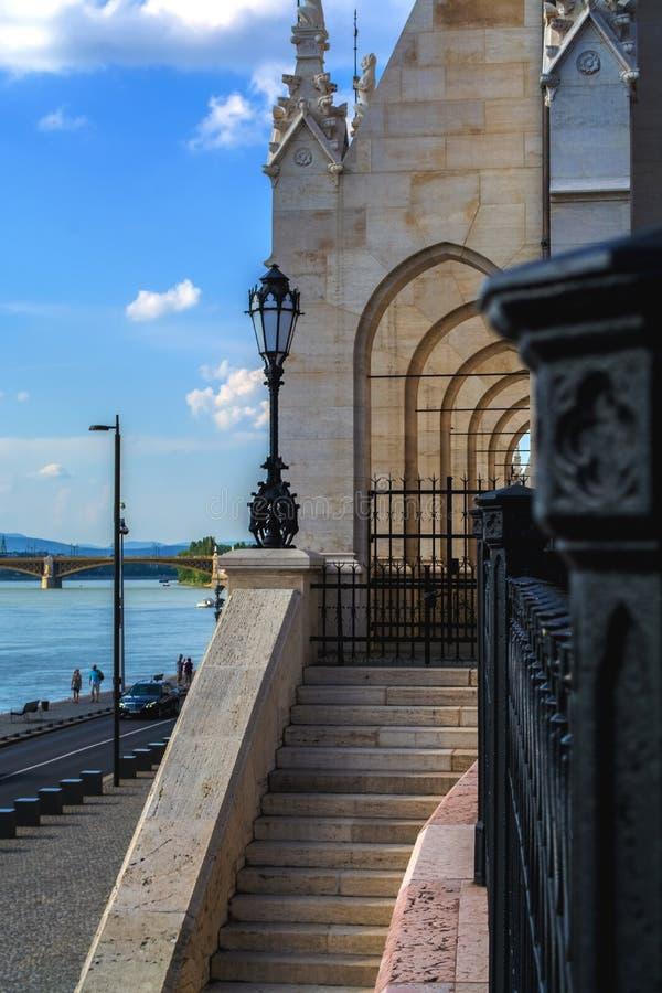 10 06 2019 Węgry, Budapest Piękny widok główny przyciąganie miasto parlament Boczny wejście budynek na st obrazy stock