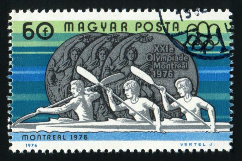 WĘGRY - OKOŁO 1976 A znaczek drukujący w Węgry pokazuje Olimpijskiego medal z wpisowym Montreal około 1976, obraz royalty free