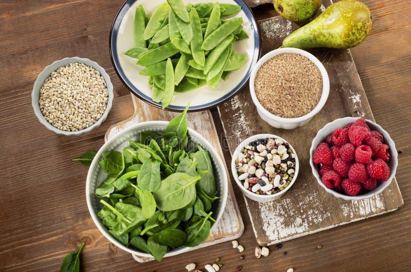 Włókien bogaci foods na drewnianym tle zdrowe jeść fotografia stock