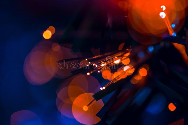 Włókna światłowodowego czerwony błękit zaświeca bokeh zdjęcia royalty free
