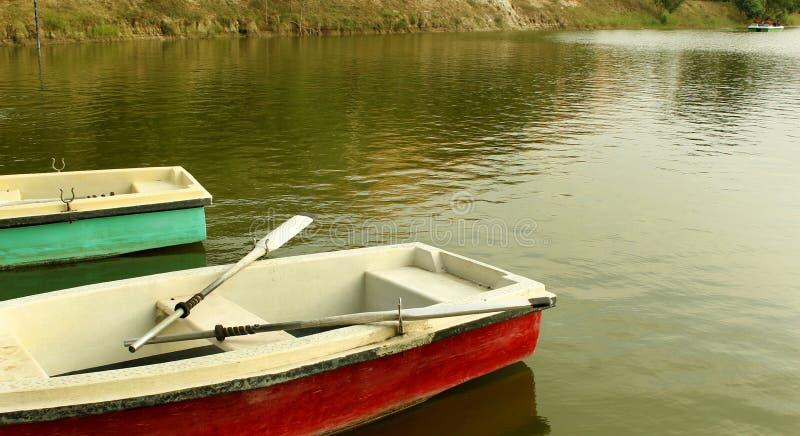 Włókno łodzie czeka jeźdzów z paddles w jeziorze przy sittanavasal jamy świątyni kompleksem obrazy royalty free