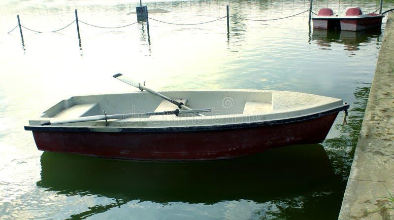 Włókno łodzie czeka jeźdzów z paddles w jeziorze przy sittanavasal jamy świątyni kompleksem obraz royalty free