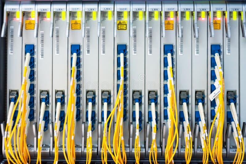 Włókno światłowodowe z serwerami fotografia stock