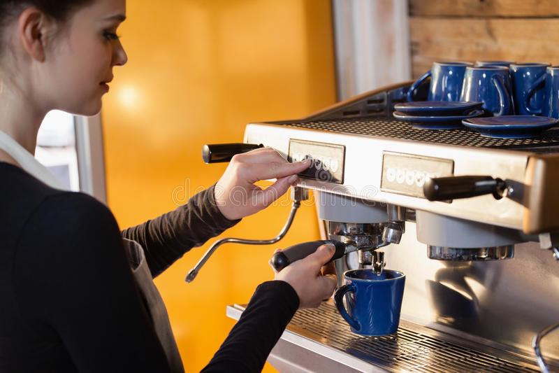 Właściciel robi kawie przy kawiarnia sklepem zdjęcie stock