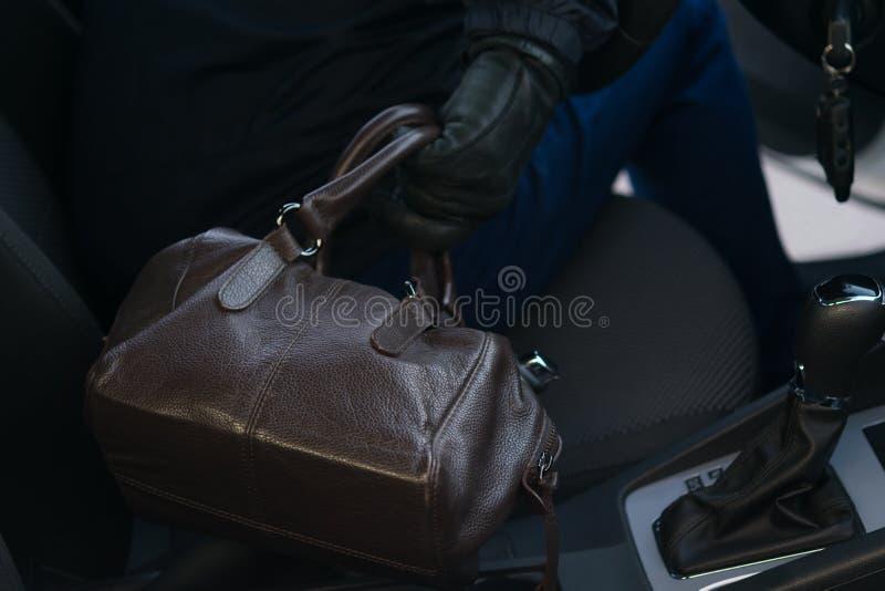 Właściciel samochód zapominał torbę w samochodzie przy benzynową stacją, kradzież torba zdjęcie royalty free