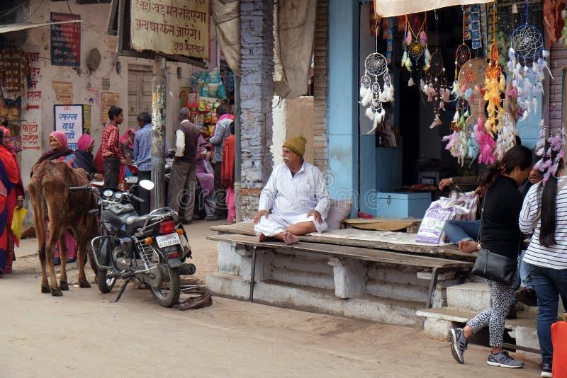 Właściciel siedzi przed jego sklepem spożywczym w Pushkar, India zdjęcia royalty free