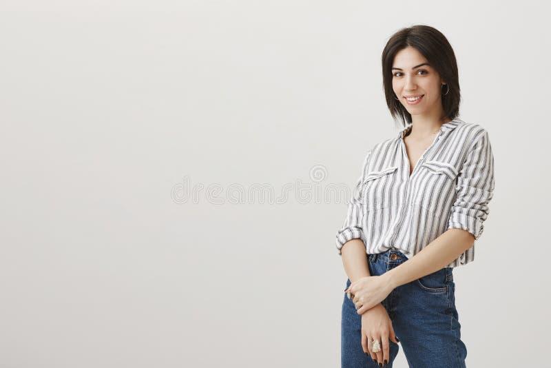 Właściciel sklep wita nowych klientów Portret pomyślna atrakcyjna żeńska przedsiębiorca pozycja obracająca nad szarość obraz royalty free