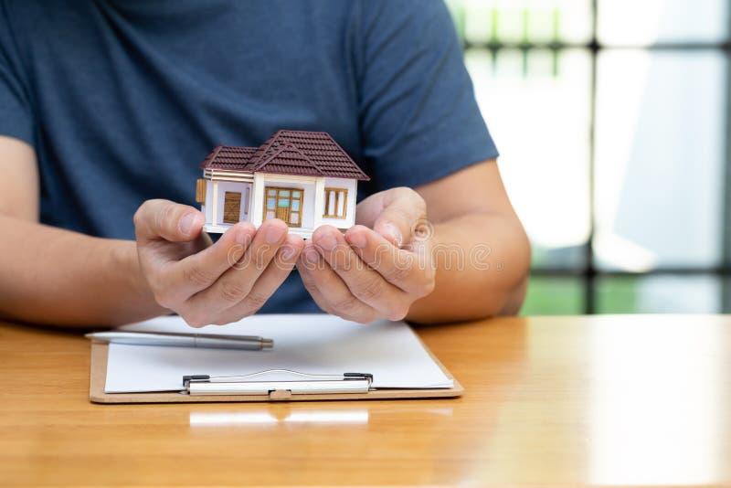 Właściciele domów wybrali refinansowanie domu i sprawdzanie stóp procentowych oraz płatności miesięcznych obrazy royalty free