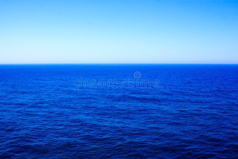 Właśnie czysty, błękitny ocean, obraz stock