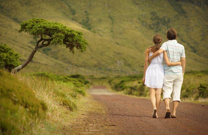 Właśnie para małżeńska w honneymoon odprowadzeniu wzdłuż countriside drogi na Flores wyspie, Azores obraz royalty free