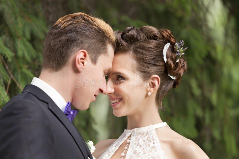 Właśnie pary małżeńskiej całowanie obrazy royalty free