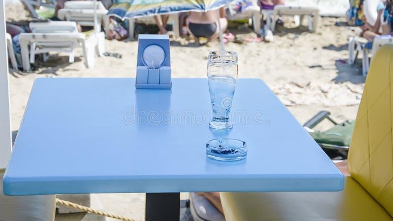 Właśnie pił szkło piwo na stole przy plażowym barem na otwartej przestrzeni zdjęcie stock
