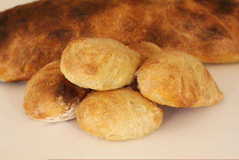 Właśnie piec sourdough domowej roboty babeczki kłama przed chlebem nieociosana ilość na białym tle zdjęcie stock