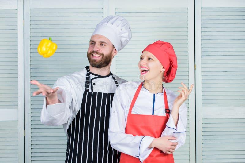 Właśnie próba Jarska rodzina Kobieta i brodaty mężczyzna gotuje wpólnie kulinarny jedzenie zdrowe Świeży jarski zdrowy jedzenie obrazy royalty free