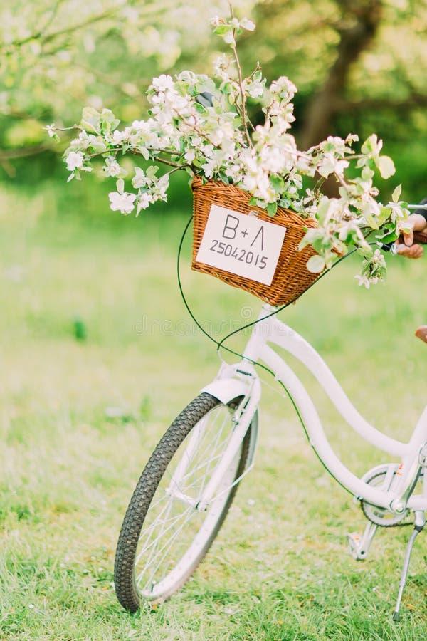 Właśnie zamężny znak na białym rowerze z ślubną dekoracją fotografia royalty free