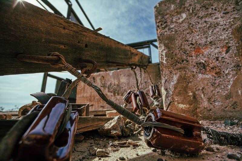 Władza kable zestrzelają w ten Arizona miasto widmo sępa kopalni i wciąż fotografia royalty free